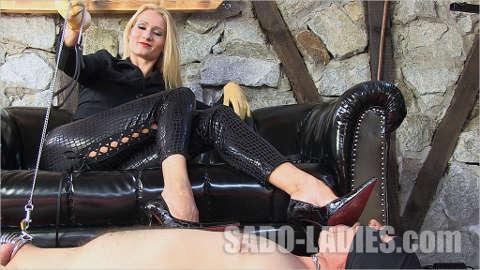 keuscher Sklave wird von der Domina zum devoten Schuhsklaven abgerichtet!